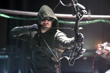 """Arrow -- """"The Man Under the Hood"""" -- Image AR219b_0107b -- Pictured: Stephen Amell as The Arrow -- Photo: Diyah Pera/The CW -- © 2014 The CW Network, LLC. All Rights Reserved."""